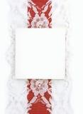 Scheda in bianco del regalo con colore rosso ed il nastro del merletto Immagine Stock
