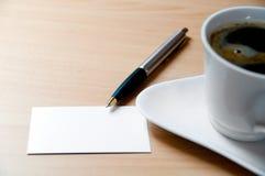 Scheda in bianco e una tazza di caffè fotografie stock libere da diritti