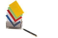 Scheda (in bianco) gialla di affari su una pila variopinta Fotografia Stock
