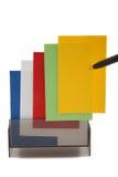 Scheda (in bianco) gialla di affari su una pila variopinta Immagini Stock