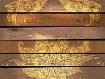 Scheda con il fiore sopra fondo di legno Fotografie Stock