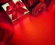Scheda dei biglietti di S. Valentino di arte con le rose rosse Immagini Stock Libere da Diritti