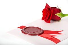 Scheda del biglietto di S. Valentino con colore rosso di rosa e la guarnizione Fotografie Stock Libere da Diritti