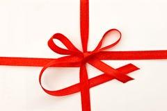 Scheda del regalo con il nastro rosso fotografia stock libera da diritti