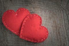 Scheda del `s del biglietto di S Il rosso ha ritenuto il cuore disposto su fondo di legno d'annata e su spazio per il vostro test Fotografie Stock Libere da Diritti