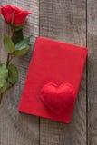 Scheda del `s del biglietto di S Rosa rossa e taccuino di rosso con cuore a bordo Vista superiore Fotografie Stock Libere da Diritti