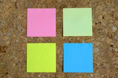Scheda del sughero con i post-it Fotografie Stock