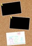 Scheda del sughero con le foto e la famiglia Fotografie Stock Libere da Diritti