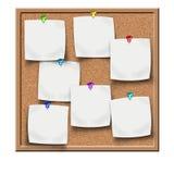 Scheda del sughero con le note in bianco dell'autoadesivo Immagine Stock