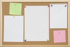 Scheda del sughero dell'ufficio con la scheda in bianco Immagini Stock