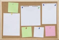 Scheda del sughero dell'ufficio con le schede a colori Fotografia Stock Libera da Diritti