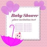 Scheda dell'invito della doccia di bambino Ragazza sveglia che si siede in ombrello Fotografia Stock