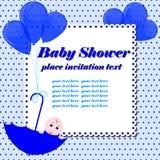Scheda dell'invito della doccia di bambino Ragazzo sveglio che si siede in ombrello Fotografia Stock