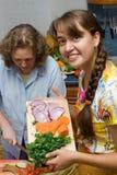 Scheda della stretta della ragazza con le verdure Immagine Stock