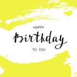Scheda di buon compleanno Testo scritto a mano sui colpi gialli astratti della spazzola Fotografia Stock
