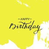 Scheda di buon compleanno Testo scritto a mano sui colpi gialli astratti della spazzola Immagini Stock