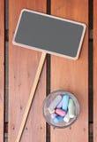 Scheda di gesso in bianco con gesso in una tazza Fotografia Stock