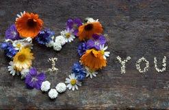 Scheda di giorno dei biglietti di S Cuore dei fiori con ti amo Fotografie Stock Libere da Diritti