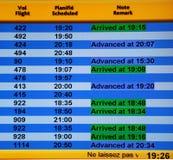 Scheda di informazioni di arrivi dell'aeroporto fotografie stock