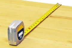 Scheda di legno di misurazione immagini stock