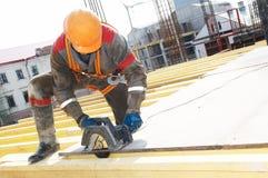 Scheda di legno di taglio del costruttore con la sega circolare Fotografia Stock Libera da Diritti