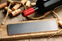 Scheda di legno, vino e sugheri rustici fotografia stock libera da diritti