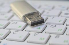 Scheda di memoria dell'USB Flash sulla tastiera bianca Immagini Stock Libere da Diritti