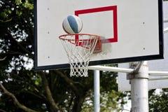 Scheda di pallacanestro e sfera di pallacanestro Fotografia Stock