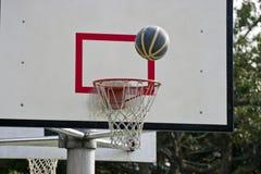 Scheda di pallacanestro e sfera di pallacanestro Immagini Stock Libere da Diritti