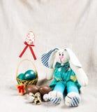 Scheda di pasqua con il coniglietto e le uova immagine stock