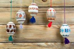 Scheda di pasqua felice Uova di Pasqua brillanti variopinte sul fondo di legno della tavola Copi lo spazio per testo Immagine Stock