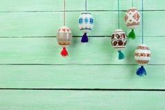 Scheda di pasqua felice Uova di Pasqua brillanti variopinte sul fondo di legno verde della tavola Copi lo spazio per testo Immagine Stock Libera da Diritti