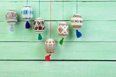Scheda di pasqua felice Uova di Pasqua brillanti variopinte sul fondo di legno verde della tavola Copi lo spazio per testo Fotografia Stock Libera da Diritti
