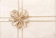 Scheda di regalo dell'annata con il nastro sull'involucro di carta Immagine Stock Libera da Diritti