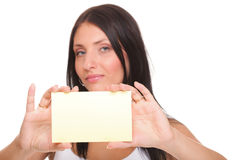 Scheda di regalo. Donna emozionante che mostra il segno in bianco vuoto della scheda di carta Immagini Stock