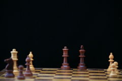 Scheda di scacchi con il re & la regina immagini stock