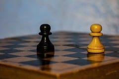 Scheda di scacchi con le figure Fotografia Stock Libera da Diritti