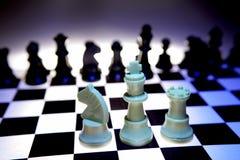 Scheda di scacchi con le parti Fotografia Stock