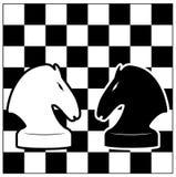 Scheda di scacchi e due cavalieri. Immagine Stock