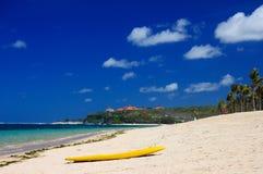 Scheda di spuma sulla spiaggia Fotografie Stock