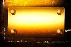 Scheda dorata sulla parete con spazio emty per il disegno Immagini Stock Libere da Diritti
