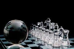 Scheda e figure di scacchi di cristallo Immagine Stock