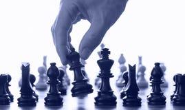 Scheda e mano di scacchi Fotografie Stock