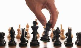 Scheda e mano di scacchi Fotografia Stock