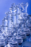 Scheda e parti di scacchi di vetro Immagine Stock