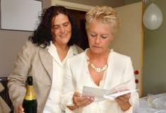Scheda lesbica di congratulazioni di unione della lettura delle coppie Immagine Stock