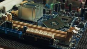 Scheda madre del computer isolata su fondo bianco con il dispositivo di raffreddamento del CPU stock footage