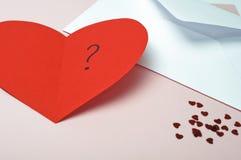 Scheda rossa del cuore dei biglietti di S. Valentino Fotografie Stock Libere da Diritti