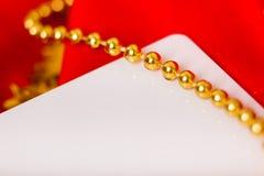 scheda Tessuto rosso con le perle festive Fotografie Stock