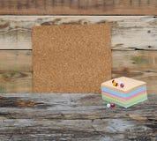 Scheda vuota del sughero con i documenti di nota variopinti della pila Fotografia Stock Libera da Diritti